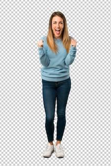 Blonde frau mit blauem hemd frustriert durch eine schlechte situation