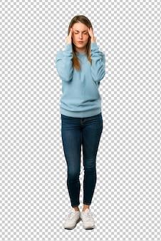Blonde frau mit blauem hemd unglücklich und mit etwas frustriert