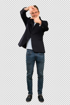 Blondes gutaussehendes mannfokussierungsgesicht. framing-symbol