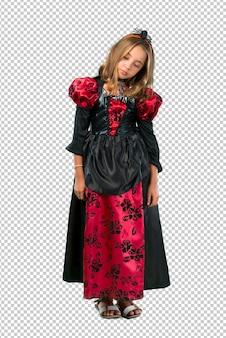 Blondes kind gekleidet als vampir für halloween-feiertage unglücklich und mit etwas frustriert