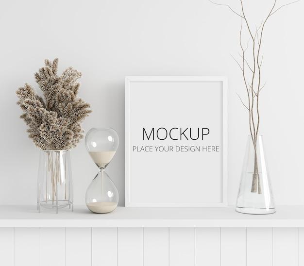 Blume und trockener zweig in vase mit bilderrahmenmodell