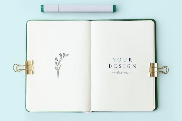 Blumen auf einem notizbuchseitenmodell