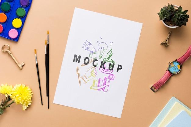Blumen- und schreibtischwerkzeuge auf büromodell