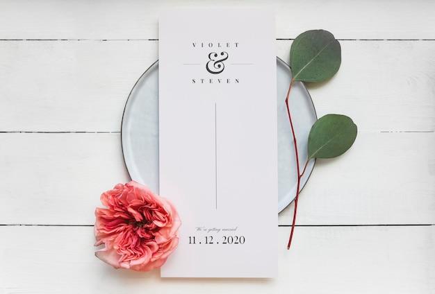 Blumenhochzeitskarte auf einem teller