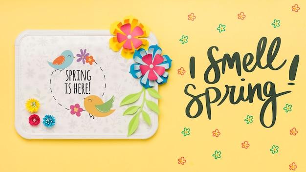 Blumenrahmen mit frühlingszitatkonzept