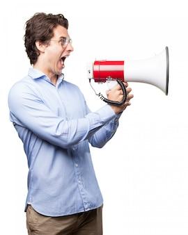 Boss schreit mit einem megaphon