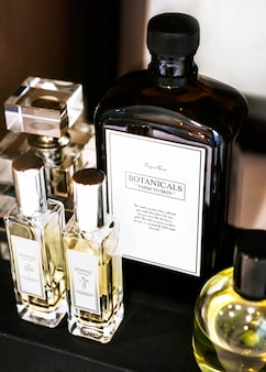 Botanicals-hautpflegeset im badezimmer