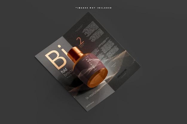 Braunes glas-kosmetikflaschenmodell mit bifold-broschüre