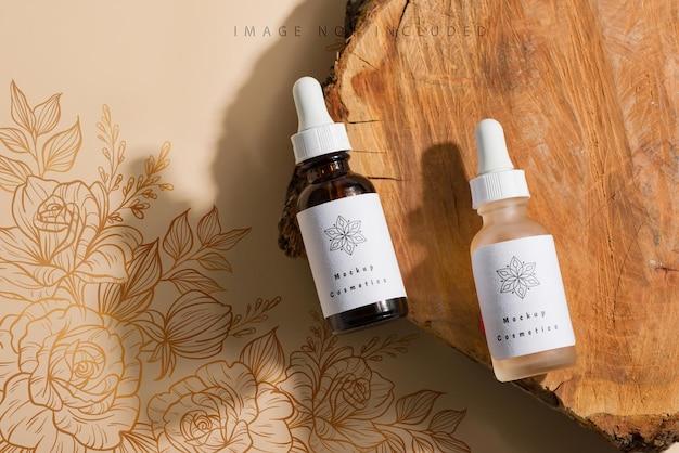 Braunes und weißes glas mit tropfer auf natürlicher oberfläche. branding-modell