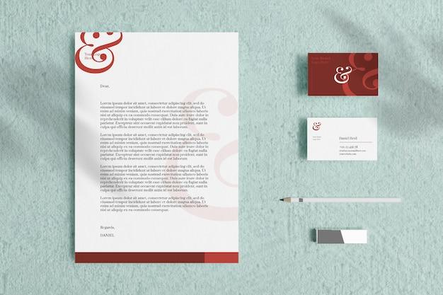 Briefkopf a4-dokument mit visitenkarte und briefpapiermodell