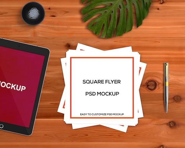 Briefpapierkonzept mit quadratischem fliegermodell