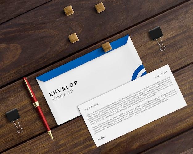 Briefpapierkonzept mit umschlagmodell