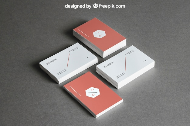 Briefpapiermodell mit vier stapeln visitenkarten