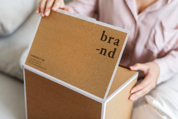 Brown paper box mockup psd im wohnzimmer