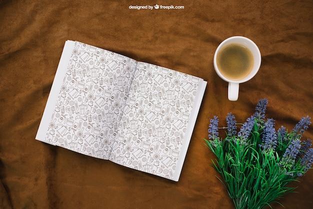 Buchkomposition mit kaffee und wildblumen