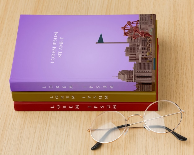 Buchumschlag komposition mit brille