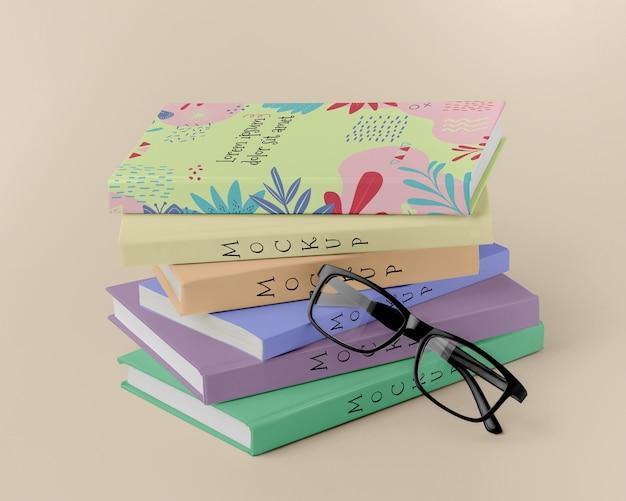 Bücherarrangement mit brille