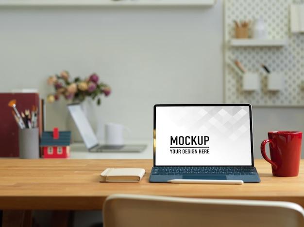 Büroraum mit laptop-modell auf dem tisch mit büromaterial