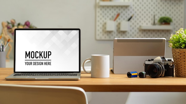 Büroraum mit laptop-modellkamera auf dem tisch