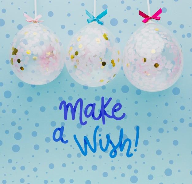 Bunte luftballons mit konfetti und schriftzug
