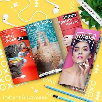 Buntes broschürenmodell der dreifachgefalteten broschüre zwei über gelb, pop-art-elemente, anlage, kopfhörer und bleistifte, psd-modell oben