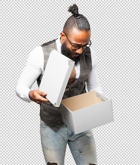 Business schwarzer mann mit einer box
