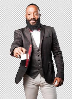 Bussines schwarzer mann zeigt seine kreditkarte