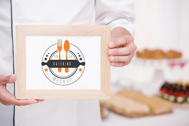 Catering-name auf holzrahmen