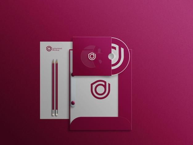 Cd und cd-cover auf aktenschrank mit briefkopf