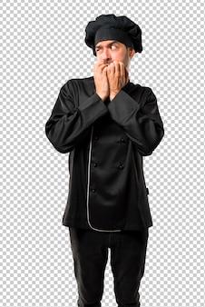 Chefmann in schwarzer uniform ist etwas nervös und hat angst, die hände in den mund zu nehmen