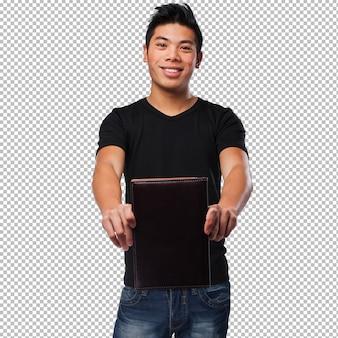 Chinesischer mann, der ein buch anhält