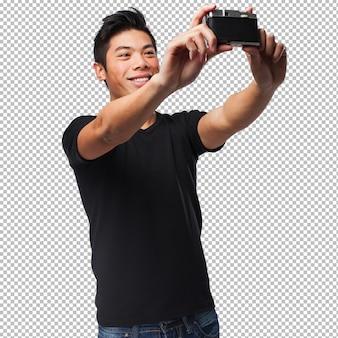 Chinesischer mann, der ein selfie mit kamera nimmt