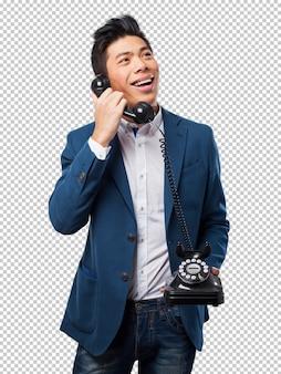 Chinesischer mann, der mit telefon spricht