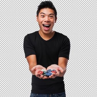 Chinesischer mann, der poker spielt