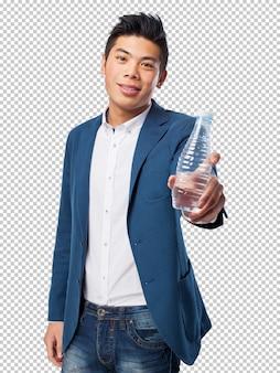 Chinesischer mann, der wasser hält