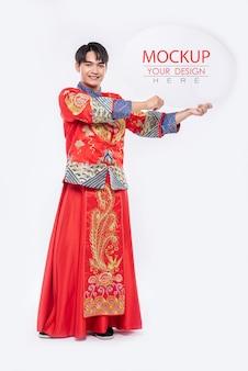 Chinesischer mann halten leere sprechblase mockup