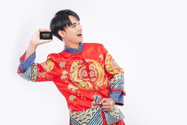 Chinesischer mann halten leeres kreditkartenmodell