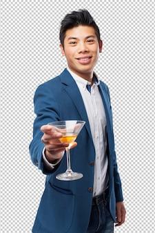 Chinesischer mann mit cocktail