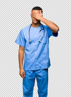 Chirurg doktormann-bedeckungsaugen durch hände. ich will nichts sehen