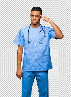 Chirurg doktormann, der die geste des wahnsinns finger auf den kopf setzt