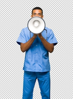 Chirurg doktormann, der durch ein megaphon schreit, um etwas anzukündigen