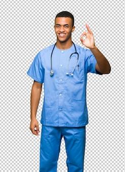 Chirurg doktormann, der ein okayzeichen mit den fingern zeigt