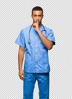 Chirurg doktormann, der ein zeichen der ruhegeste finger in mund setzt zeigt