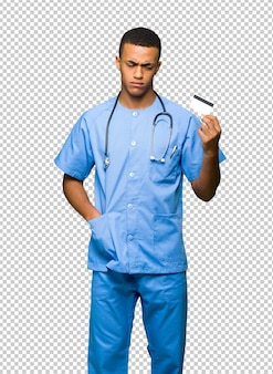 Chirurg doktormann, der eine kreditkarte ohne geld nimmt