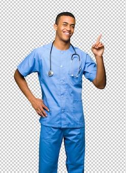 Chirurg doktormann, der einen finger im zeichen des besten zeigt und anhebt