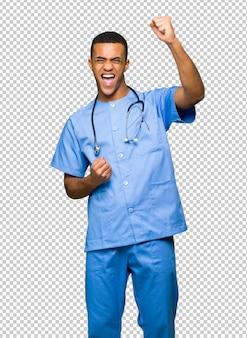 Chirurg doktormann, der einen sieg feiert