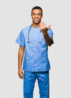 Chirurg doktormann, der einlädt, mit der hand zu kommen. glücklich, dass du gekommen bist