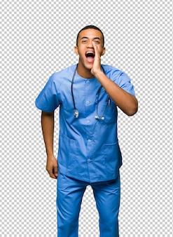 Chirurg doktormann, der etwas schreit und ankündigt