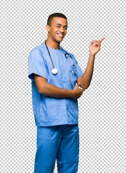 Chirurg doktormann, der finger auf die seite in seitlicher position zeigt