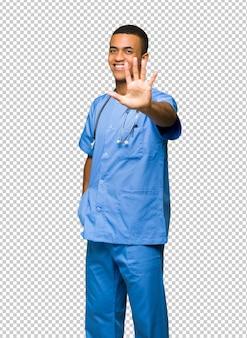 Chirurg doktormann, der fünf mit den fingern zählt